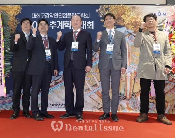 구영 회장(가운데)를 비롯한 카오미 임원진이 파이팅하고 있다.